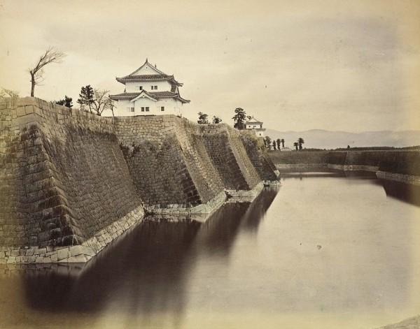 Bild von Außenmauer Osaka Castle von 1865 mit 2 Wachtürmen