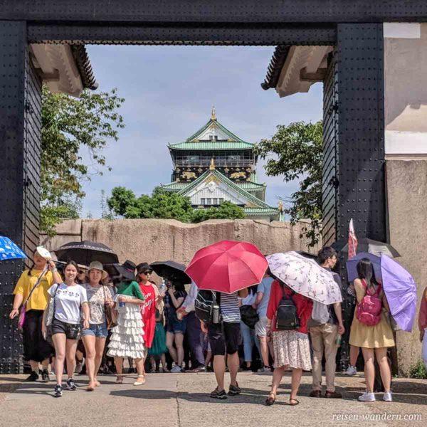 Sakuramon Tor mit Osaka Castle