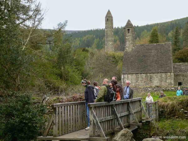 Glendalough Monastic Site mit Brücke