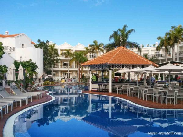 Hotelanlage mit Pool und Bar in Costa Adeje