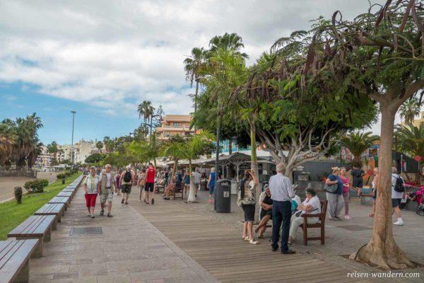Strandpromenade in Los Cristianos mit kleinen Ständen