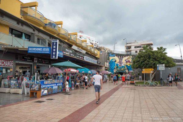 Strandpromenade mit Geschäften und Wandmalerei
