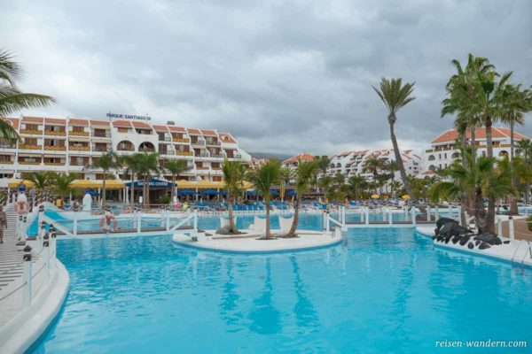Hotel mit Shoppingcenter und Poolanlage in Los Cristianos