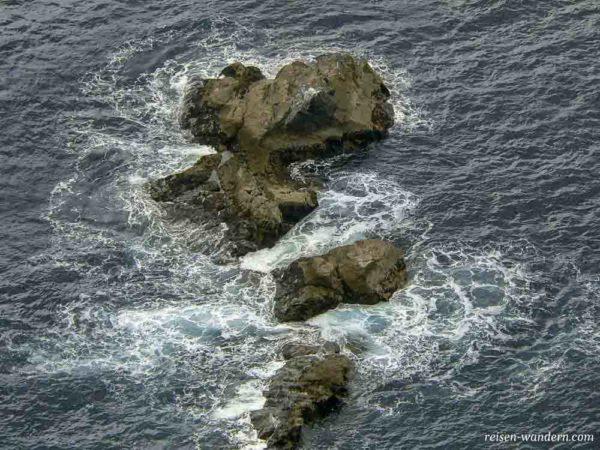 Felsen im Meer bei den Klippen von Slieve League