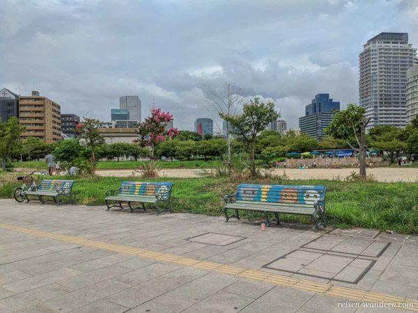 Bänke mit Tiersymbolen im Ogimachi Park in Osaka