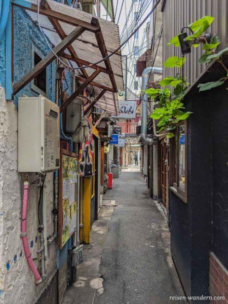 Gasse mit kleinen Bars und Kneipen beim Tsuyu Tenjinsha Schrein