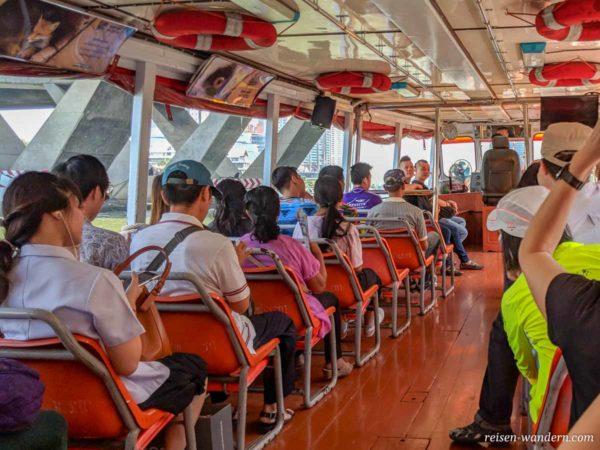 Fahrgäste auf einem Boot in Bangkok