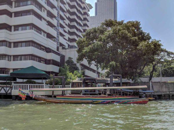 Kleines Boot mit Anlegestation in Bangkok