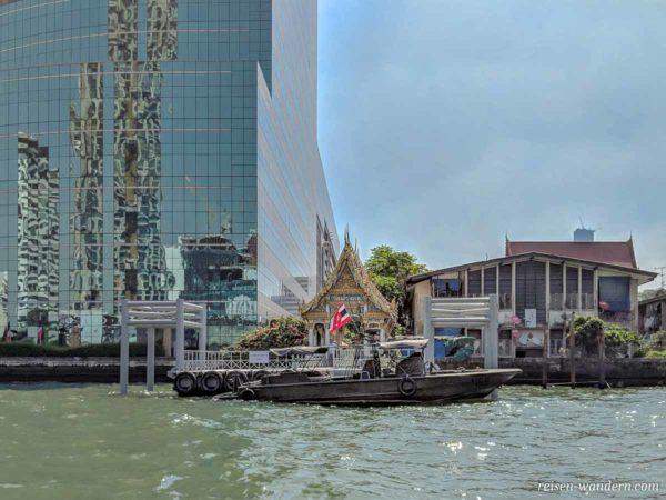 Boot vor orientalisch aussehender Anlegestation am Chao Phraya