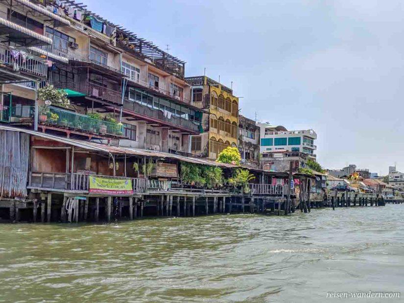 Häuser am Chao Phraya in Bangkok