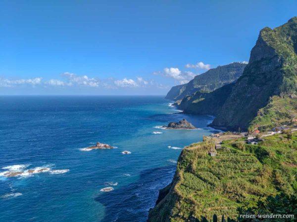 Nordküste von Madeira mit Felswänden