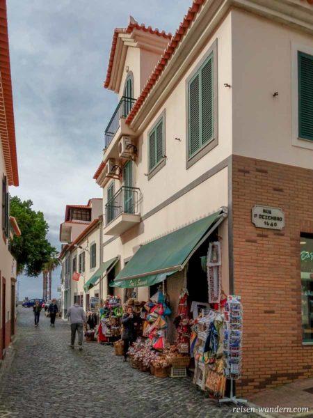 Gasse mit Geschäften in Ribeira Brava