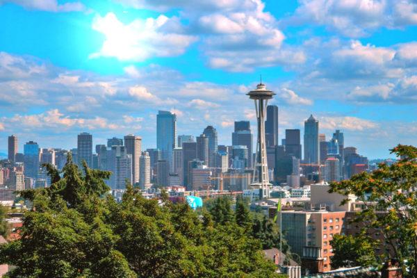 An einem sonnigen Tag gucken wir vom Kerry Park auf die Skyline Seattles