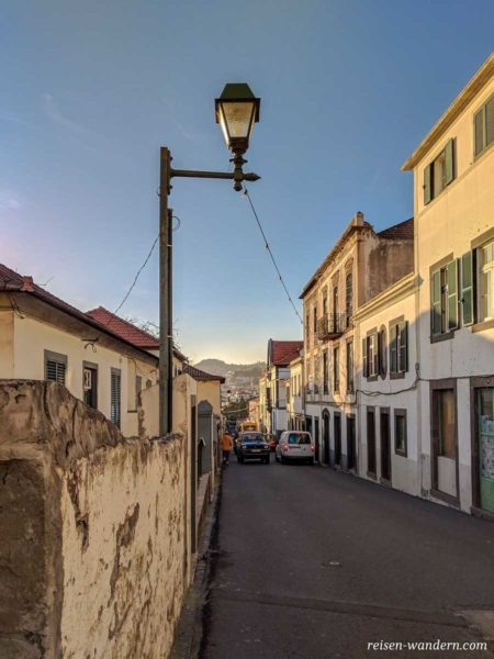 Schmale Straße in der Altstadt von Funchal