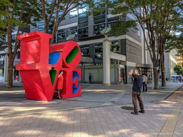 Love Object vor dem Shinjuku I-Land Tower
