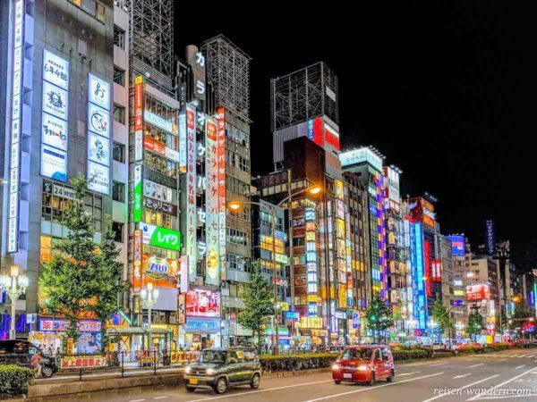 Reklamefront am Abend in Shinjuku in Tokio