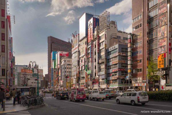 Hauptstraße in Kabukicho in Tokio am Abend