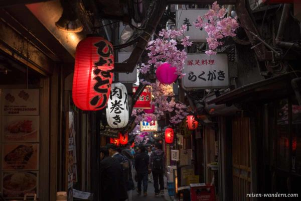 Streetaufnahme von Shinjuku Omoide Yokocho