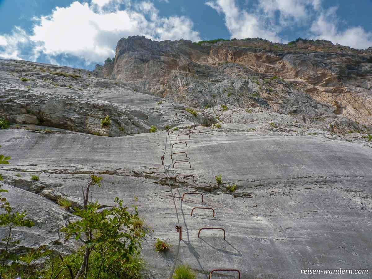 Klettersteig Che Guevara : Frau klettern den klettersteig che guevara sarche trentino