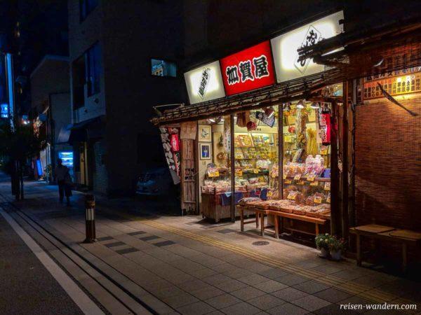 Kleiner privat geführter Süßigkeitenladen in Sumida