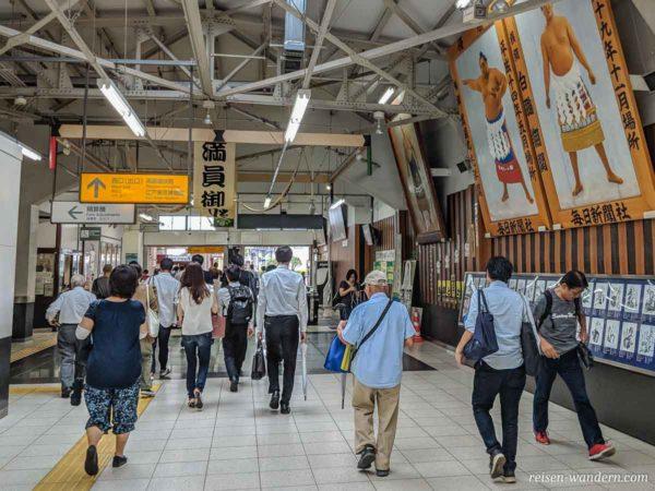Ryogoku Station mit Bildern von Sumoringern