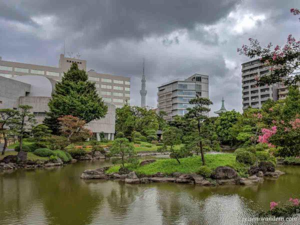 Former Yasuda Garden in Sumida mit Kranich auf Baum