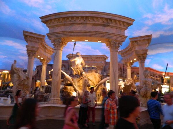 Unter dem künstlichen Himmel des The Venetian trohnt ein Brunnen in Antikoptik