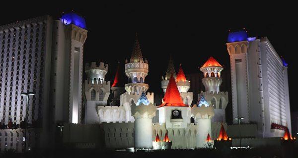 In tiefschwarzer Nacht wird das Märchenschloss des Excalibur mit Scheinwerfern beleuchtet