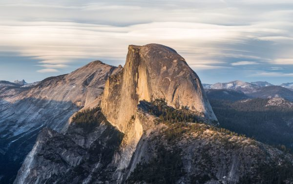 "Der Granitmonolith des ""Half Dome"" ragt in den bewölkten Himmel"