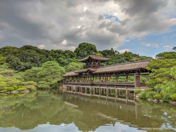 Brücke Taihei-kaku im Heian Schrein