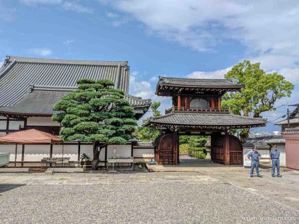 Innenbereich mit Polizisten beim Otani Hombyō Tempel