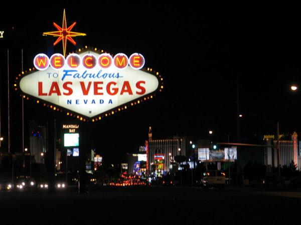 Das Ortseingangsschild von Las Vegas ist mit hellen LEDs beleuchtet