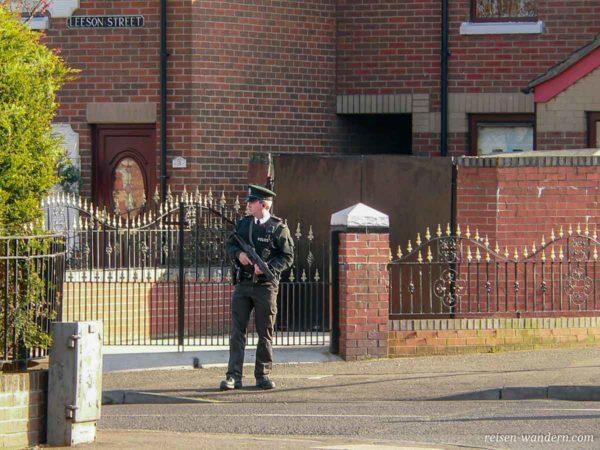Polizist mit Maschinenpistole in Belfast