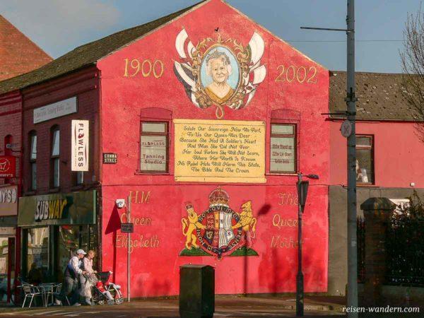 Bild der Queen an einer Häuserwand in Belfast