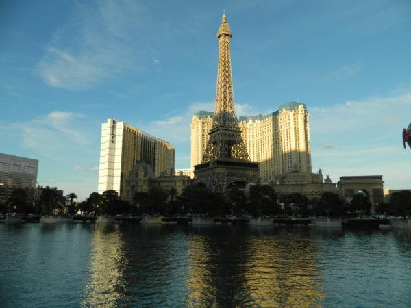 Die Nachbildung des Eiffelturm ragt vor dem Paris Las Vegas in den Himmel.