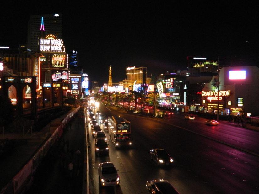 Der Las Vegas Strip ist in bunten Lichtern erhellt