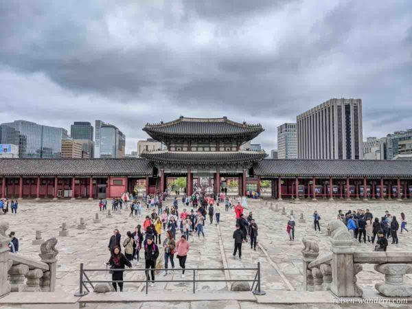Vorplatz der Geunjeongjeon Hall im Gyeongbok Palast
