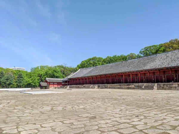 Platz mit Ahnenkammern im Jongmyo Schrein