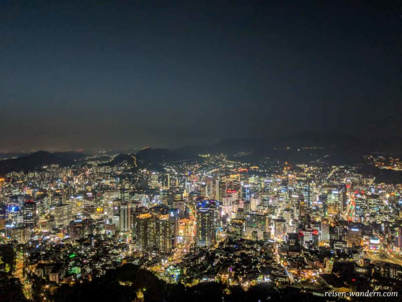 Blick auf Seoul am Abend vom N-Seoul Tower
