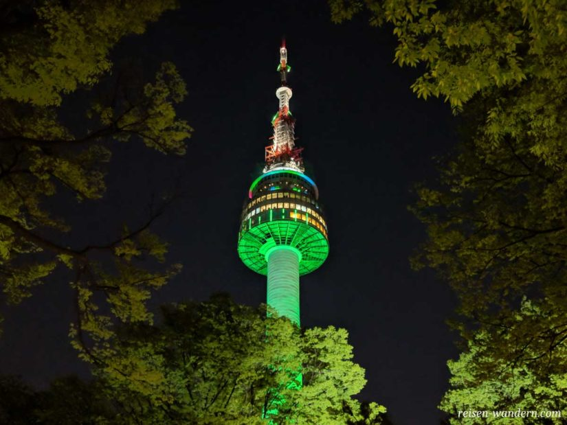 Beleuchteter N-Seoul Tower am Abend