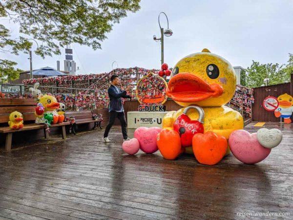 Große gelbe Ente mit Liebesschloss