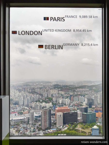 Entfernungsangabe Berlin an einem Fenster im N-Seoul Tower