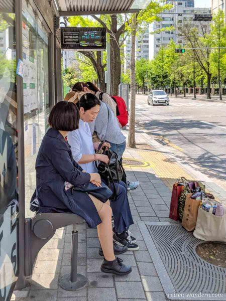 Bushaltestelle mit wartenden Frauen in Seoul
