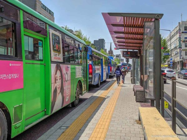 Mehrere Busse an einer Bushaltestelle in Seoul