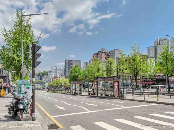Bushaltestelle in der Mitter einer Straße in Seoul