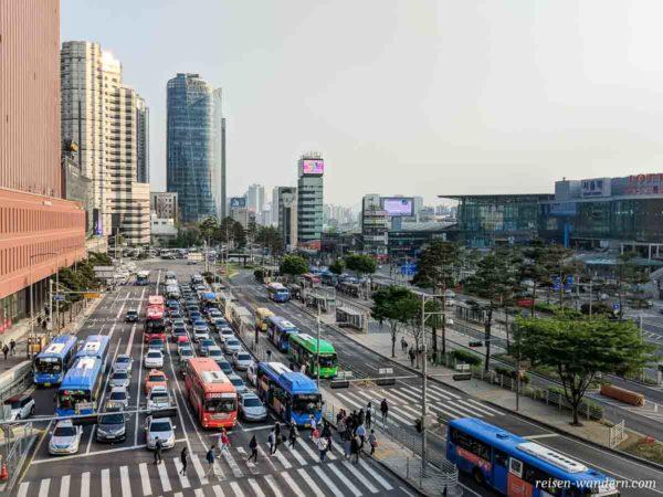 Busse in verschiedenen Farben in Seoul