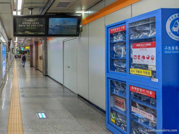 Schrank mit Atemschutzmasken in der U-Bahn in Seoul