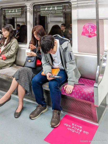 Reservierte Sitzbereich für schwangere Frauen in der U-Bahn in Seoul