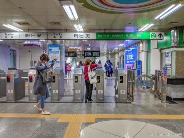 Drehkreuze beim Zugang zur U-Bahn in Seoul