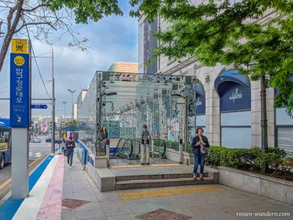Zugang zu U-Bahn bei der K-Road in Seoul